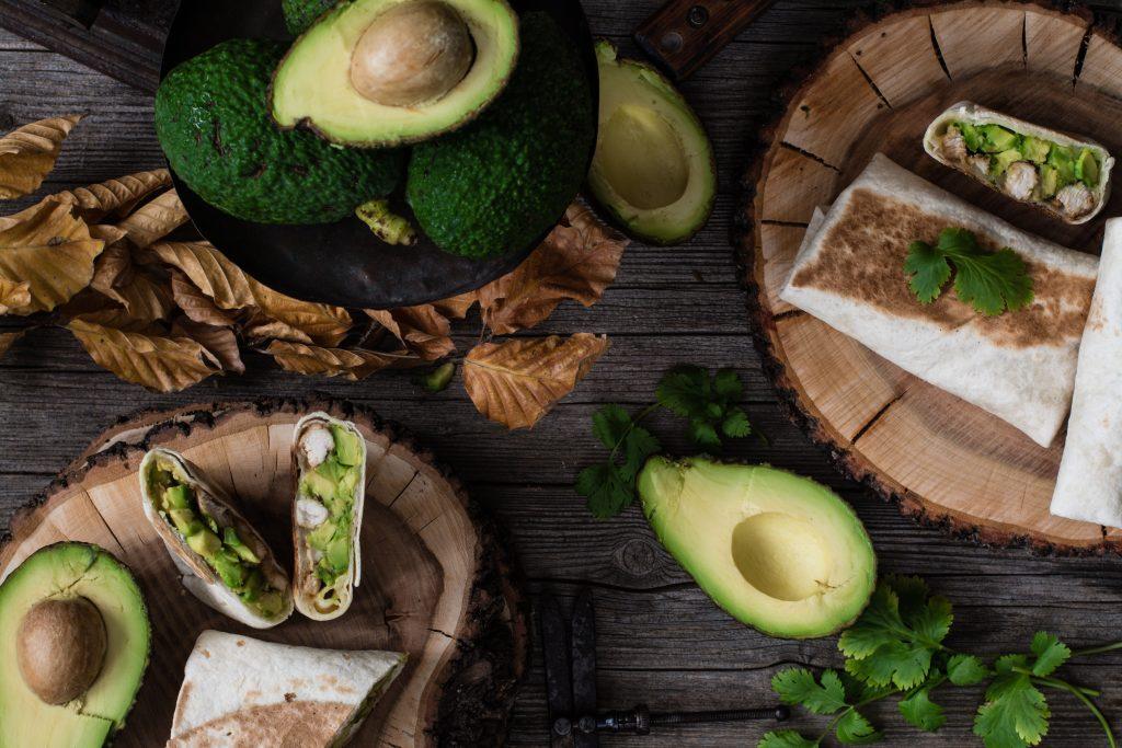 el aguacate en una fruta tropical rica en vitaminas, que permite elaborar diferentes remedios caseros