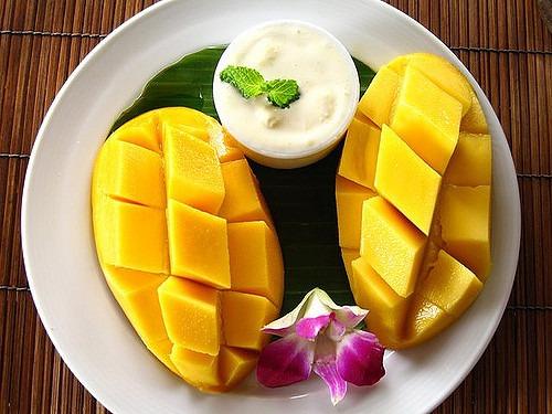 el mango es una fruta tropical que posee diferentes tipos de vitaminas y nutrientes para la salud