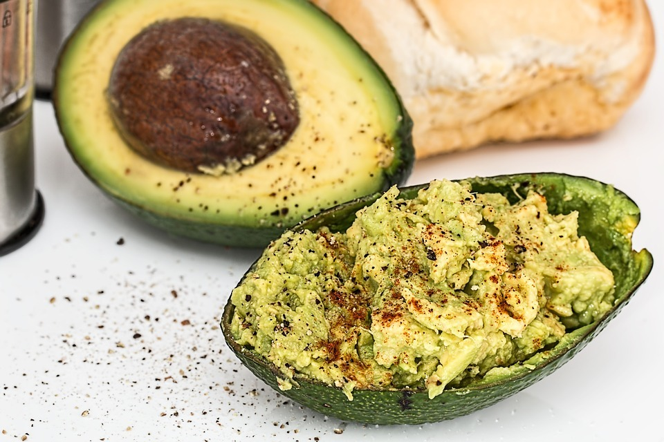 El aguacate es el ingrediente principal del guacamole, una receta nutritiva y deliciosa originaria de los aztecas